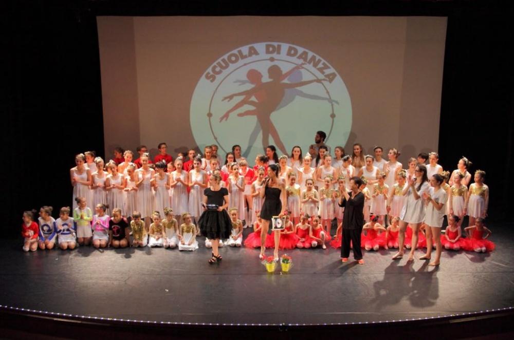 """Si è svolto il giorno 10 giugno presso il teatro Rosmini di Borgomanero (NO), il doppio """"Sold Out"""" per i saggi della Scuola di danza """"FLY DANCE"""" di Veruno (NO) - A.S.D. affiliata al Comitato provinciale dell´ACSI di Novara. Molto soddisfatte e fiere dei loro allievi le tre insegnanti: Veruska Neri, Laura Mazzola e Farrè Jimeno."""
